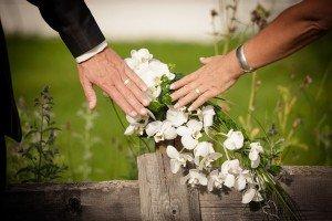 Bautpaar-mit-Blumenbukett_Fotolounge-Martina-Auracher