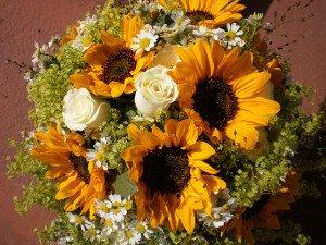 Muttertagsblumenstrauß mit Sonnenblumen und Rosen
