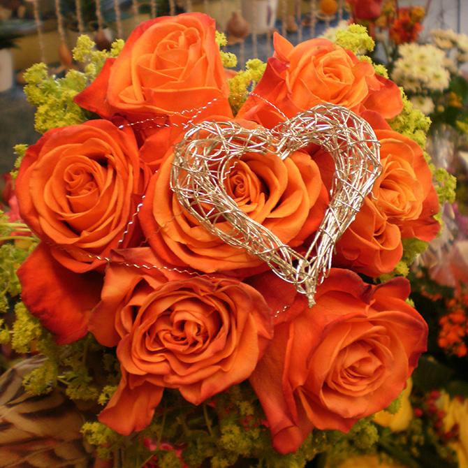 Rosenstrauß mit silbernem Herz