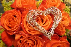 Zum Valentinstag Rosen mit silbenem Herz
